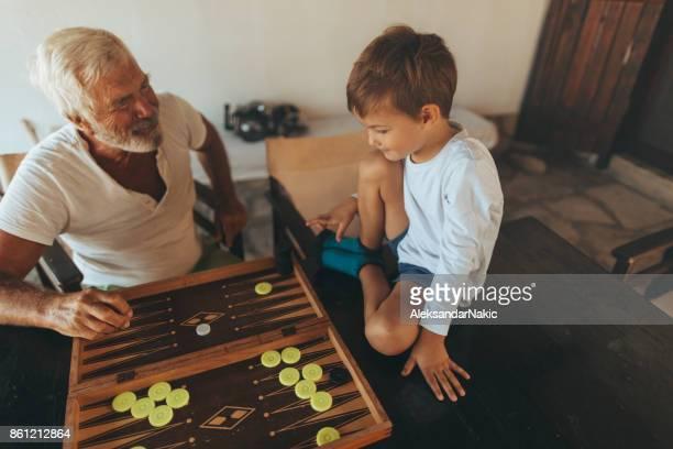 Jouer au backgammon avec mon petit-fils