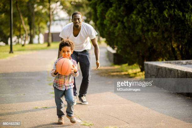 Jouant au basket-ball.