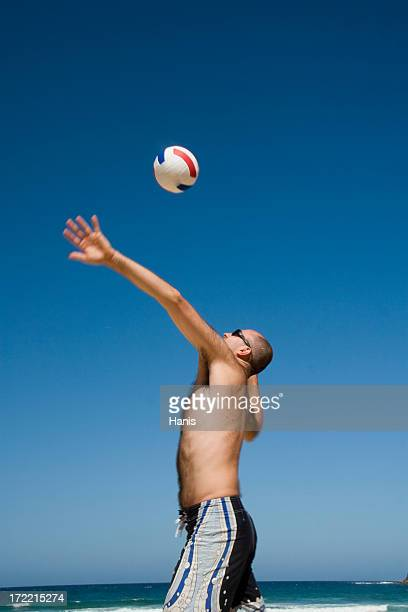 spielen sie beach-volleyball - strand volleyball der männer stock-fotos und bilder