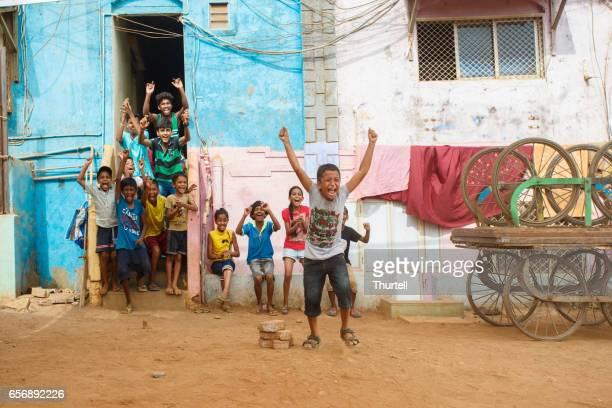 spielen cricket auf der straße, mumbai, indien - dharavi stock-fotos und bilder
