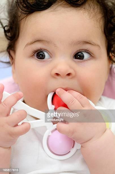 Spielt fünf Monate altes Baby-Mädchen mit bunten Spielzeug
