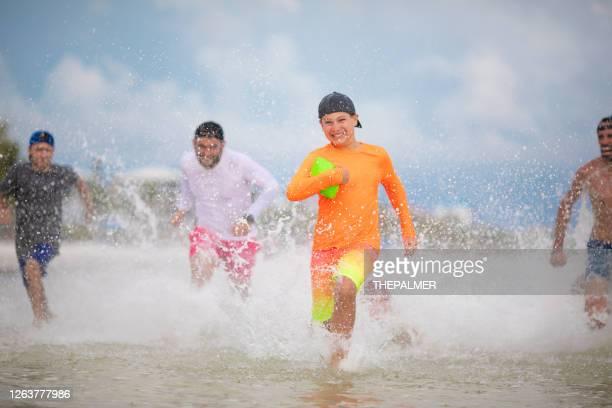 フロリダのビーチでサッカーをする - フォートマイヤーズ ストックフォトと画像