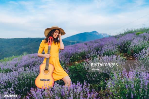 ラベンダー畑でギターを弾く - lavender color ストックフォトと画像
