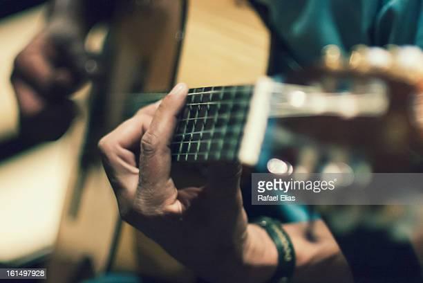 playing guitar - guitarra imagens e fotografias de stock