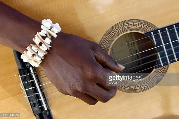 suona la chitarra - chitarra classica foto e immagini stock