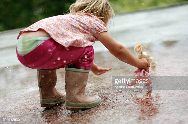 playing in the rain - diaper girl photos et images de collection