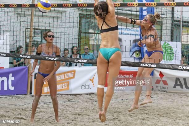 leka i sanden - förförisk kvinna bildbanksfoton och bilder