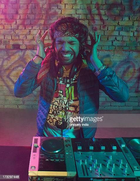 dj playing music - personal compact disc player stock pictures, royalty-free photos & images