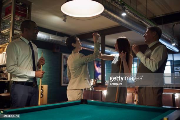 spielen sie pool nach einem harten arbeitstag. geschäft zurückzieht. - poolbillard billard stock-fotos und bilder
