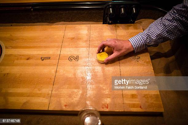 playing shuffleboard - match point scoring stock pictures, royalty-free photos & images