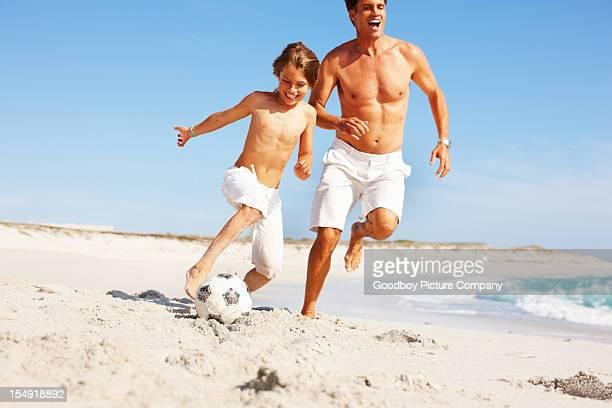Giocare a calcio sulla spiaggia