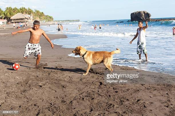 Fußball spielen mit Hund