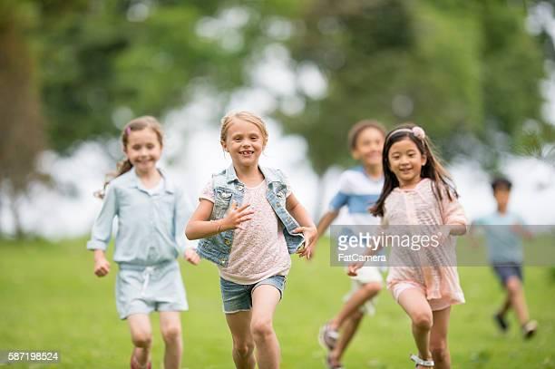 鬼ごっこ中には、「リセス」 - kids playing tag ストックフォトと画像