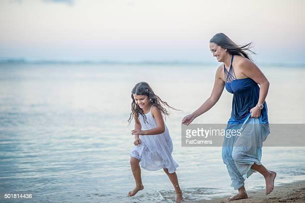 鬼ごっこハワイのビーチ - 鬼ごっこ ストックフォトと画像