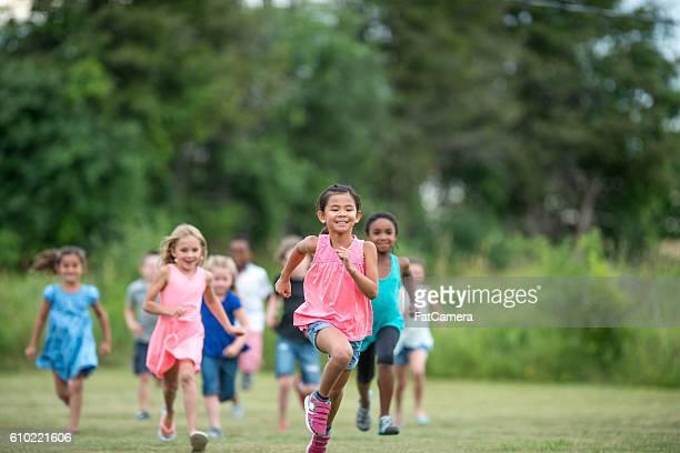 鬼ごっこ公園の - kids playing tag ストックフォトと画像