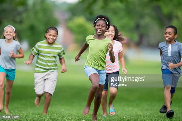 鬼ごっこ外 - kids playing tag ストックフォトと画像