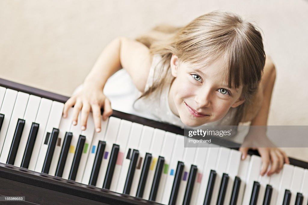 Tocando el piano digital : Foto de stock