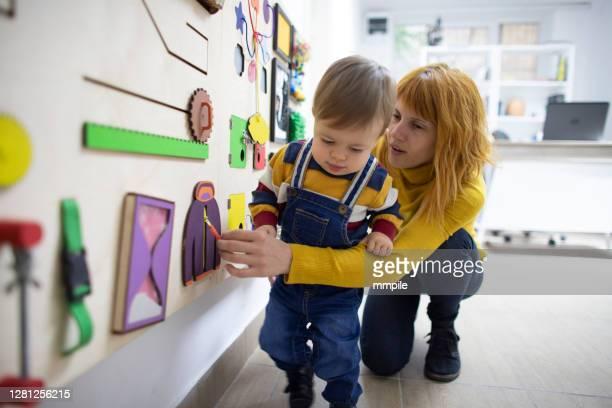 一緒に遊ぶ - 自閉症 ストックフォトと画像