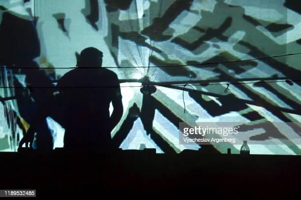 dj playing trance music, psychedelic trance culture in goa - argenberg fotografías e imágenes de stock