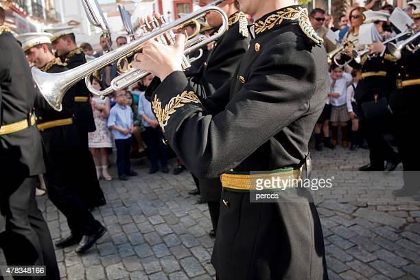 trompete zu spielen mit einem blaskapelle - karwoche stock-fotos und bilder
