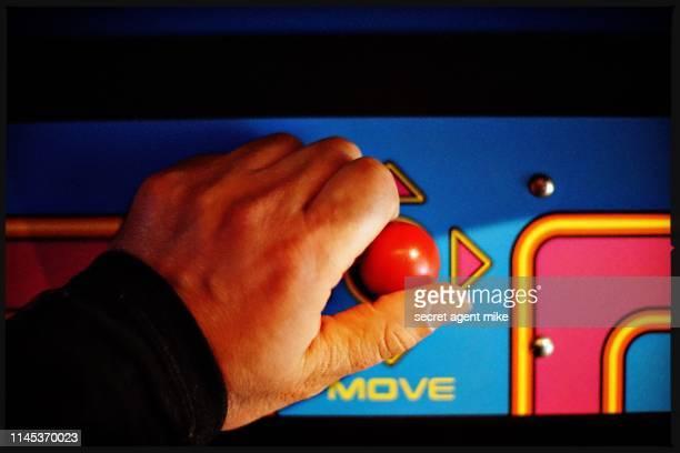 playing video game - sala de máquinas recreativas fotografías e imágenes de stock