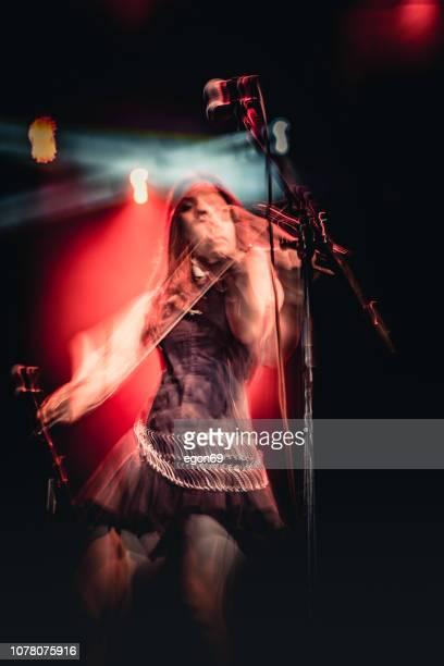viool spelen op rock koncert - muzikant stockfoto's en -beelden
