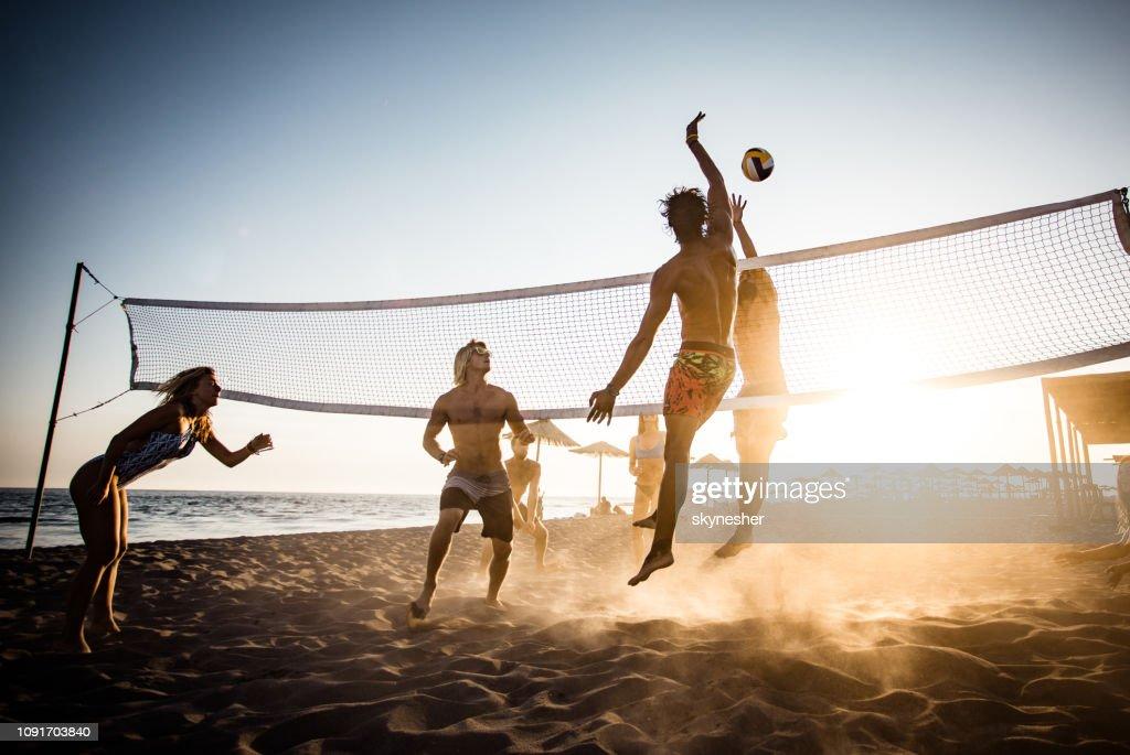 Volleyball spielen am Strand! : Stock-Foto