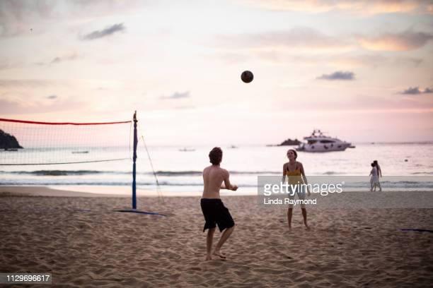volleyball spielen am strand - strandvolleyball spielerin stock-fotos und bilder