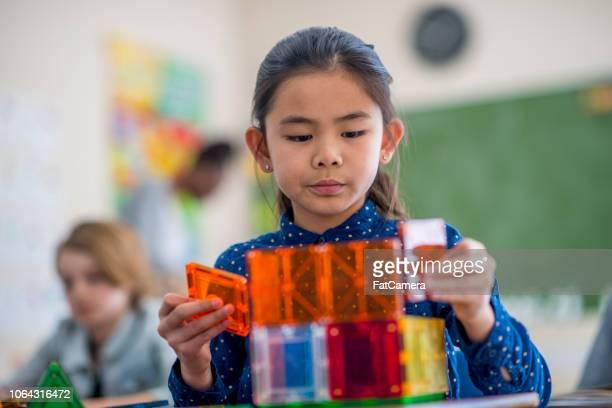 spelen met kubussen - 8 9 jaar stockfoto's en -beelden