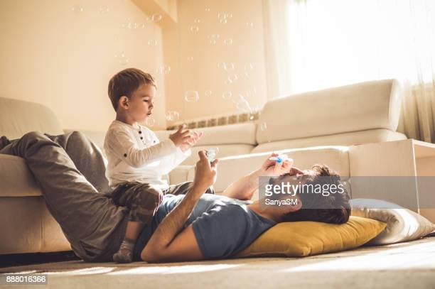 brincando com papai - família de duas gerações - fotografias e filmes do acervo