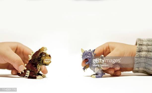 playing with dinosaurs - alleen kinderen stockfoto's en -beelden
