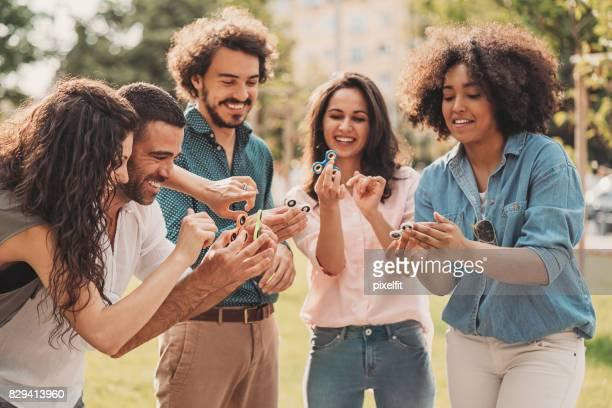 Spielen mit Fidget Spinner im park