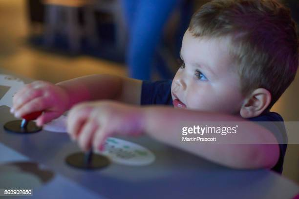 Spelen met interactieve display in Kindermuseum