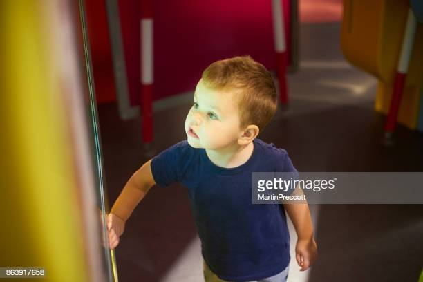 spiel mit dem interaktiven display im kindermuseum - interaktivität stock-fotos und bilder