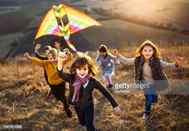 spiel mit dem kite in herbsttag! - herbst stock-fotos und bilder