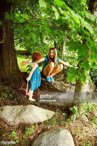 """jugando con niña en el jardín. - """"martine doucet"""" or martinedoucet fotografías e imágenes de stock"""
