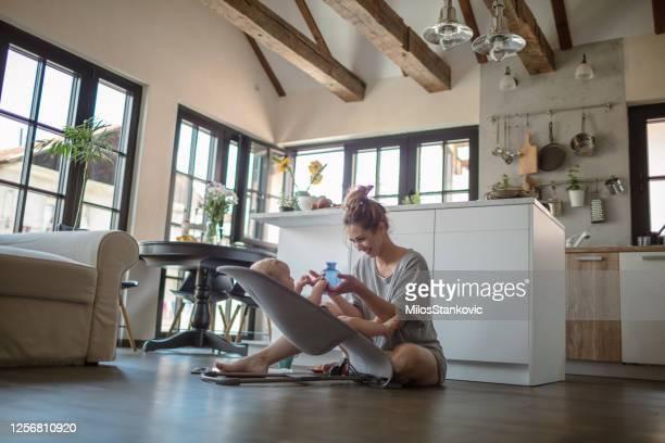 私の赤ちゃんと遊ぶ - バウンサー ストックフォトと画像