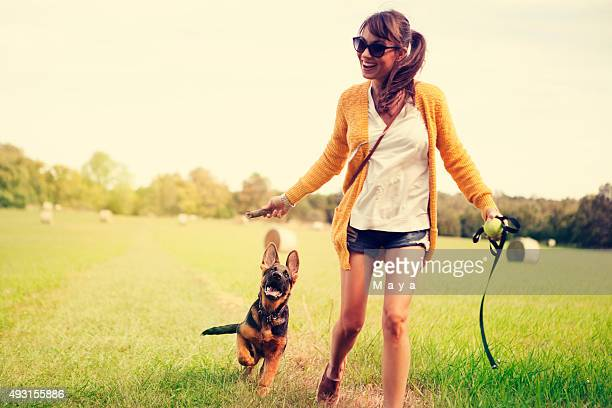 Jogar com o cachorrinho outdoor