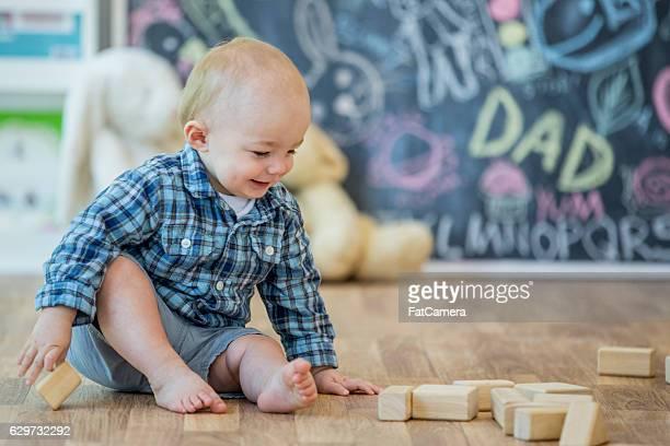 A brincar com blocos de madeira