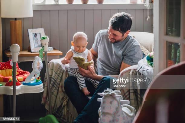 お父さんと遊び - 主夫 ストックフォトと画像