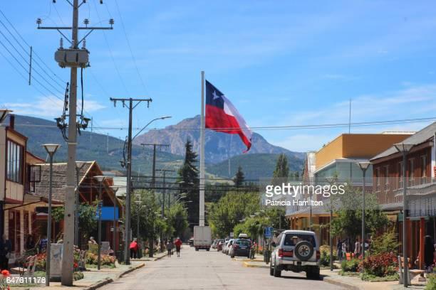 plaza de armas, coyhaique, patagonian chile - bandiera del cile foto e immagini stock