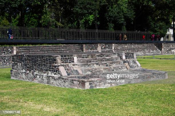 plaza de las tres culturas (square of the three cultures), tlatelolco, mexico city, mexico - três pessoas stock pictures, royalty-free photos & images