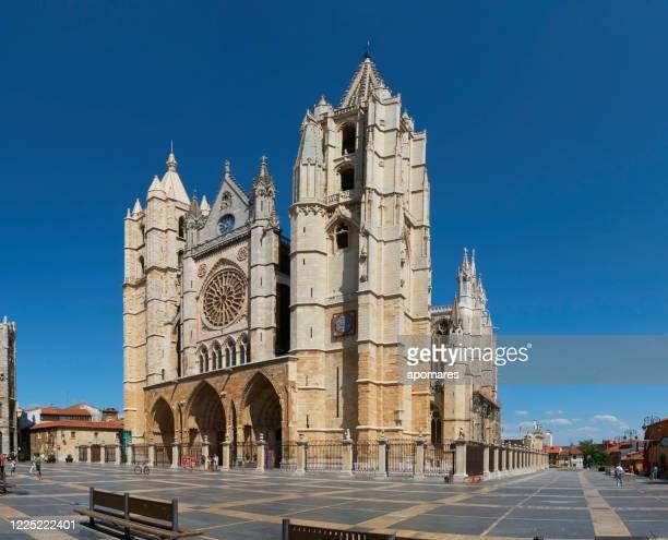 plaza de regla y catedral de león, españa - comunidad autónoma de castilla y león fotografías e imágenes de stock