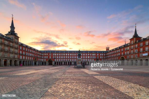 plaza mayor at sunrise, madrid, spain - madrid foto e immagini stock