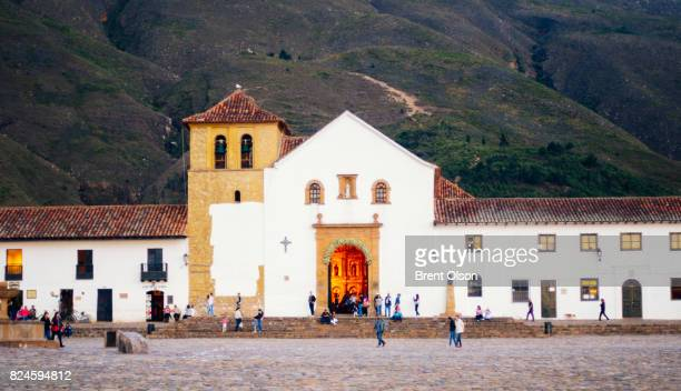 plaza mayor in villa de leyva, colombia - villa de leyva fotografías e imágenes de stock