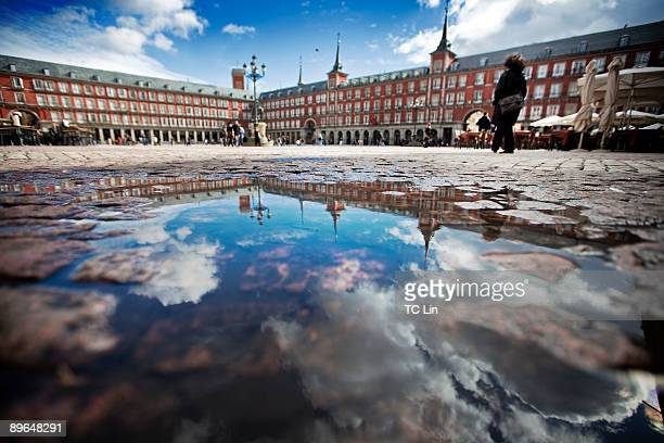 plaza mayor with reflection - salamanca stock pictures, royalty-free photos & images