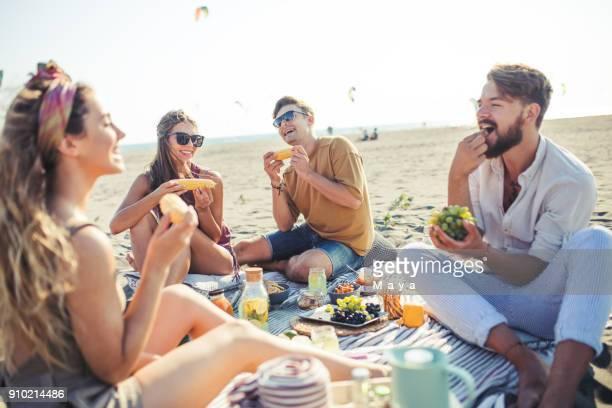 友達と楽しいビーチ ピクニック - ピクニック ストックフォトと画像