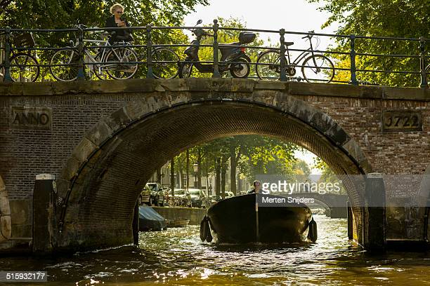 pleasure ship on leidsegracht below bridge - merten snijders stock pictures, royalty-free photos & images