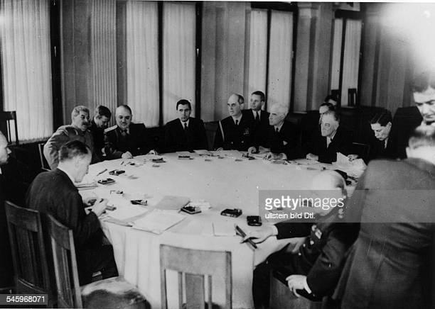 Plenarsitzung im LiwadijaPalast amKonferenztisch die sowjetische Delegation mitJosef Stalin NN Andrej Gromyko dieamerikanische Delegation mit...