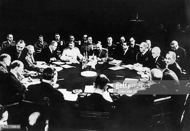 Plenarsitzung in der Halle von Schloss Cecilienhof am Konferenztisch rechts die amerikanische Delegation mitPräsident Harry S Truman daneben nach...